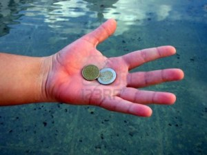 659537-poco-dinero-en-la-mano